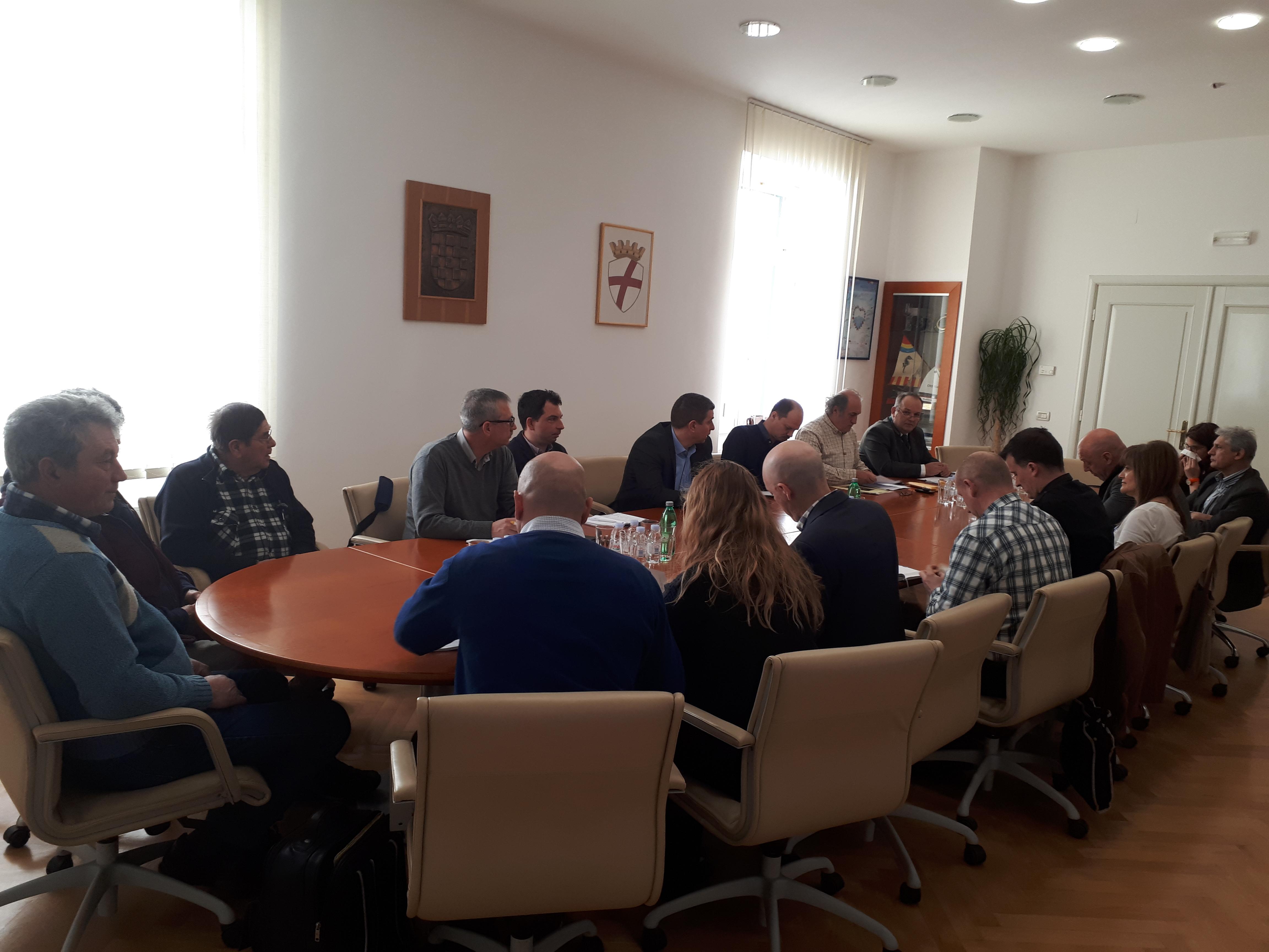Il sindaco Paliaga ha tenuto la riunione sul tema dell'aumento del numero di cinghiali nel territorio rovignese
