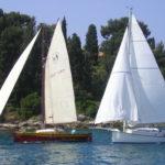 Regata di imbarcazioni con vela al terzo e latina 3