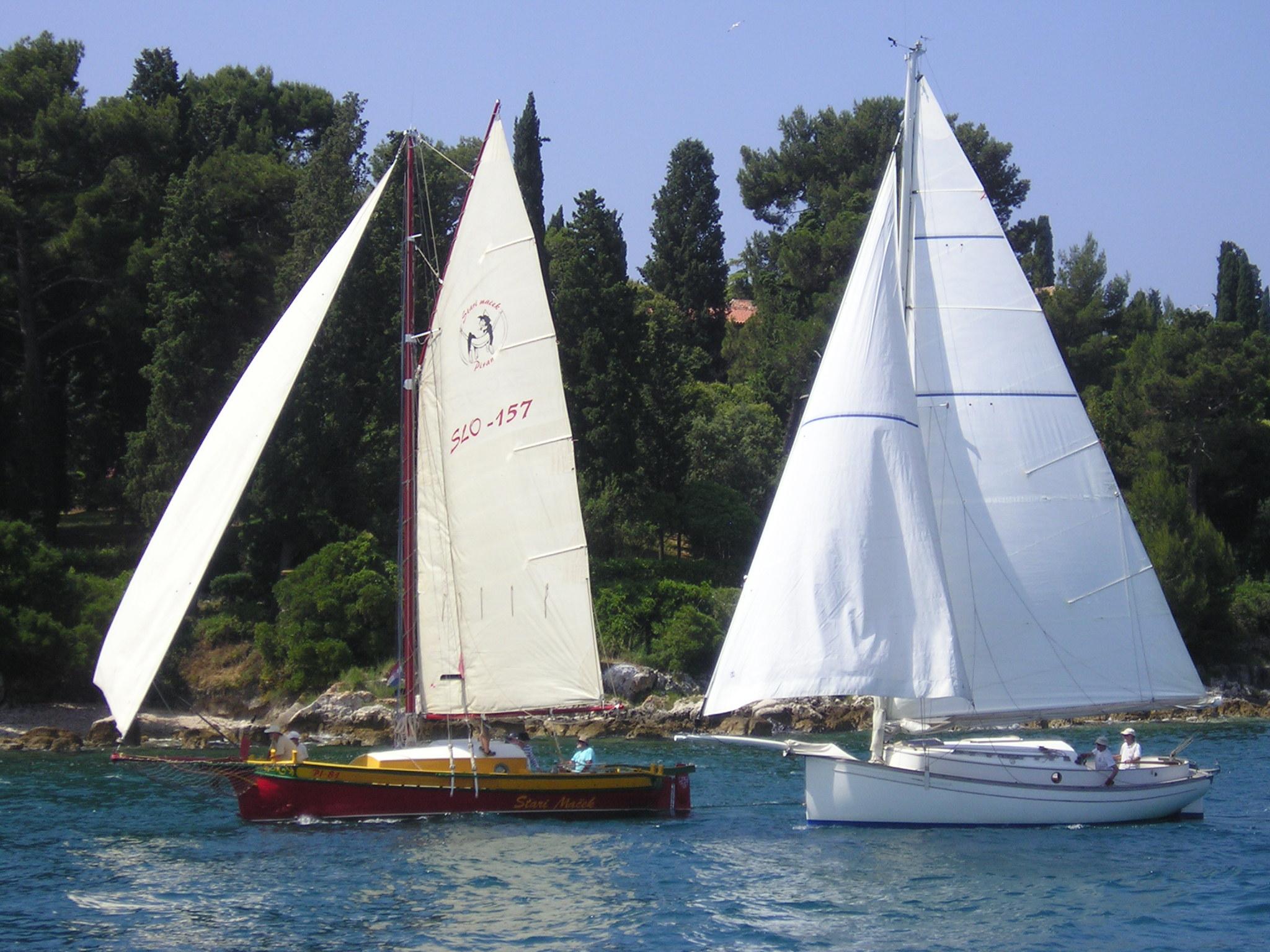 Regata di imbarcazioni con vela al terzo e latina