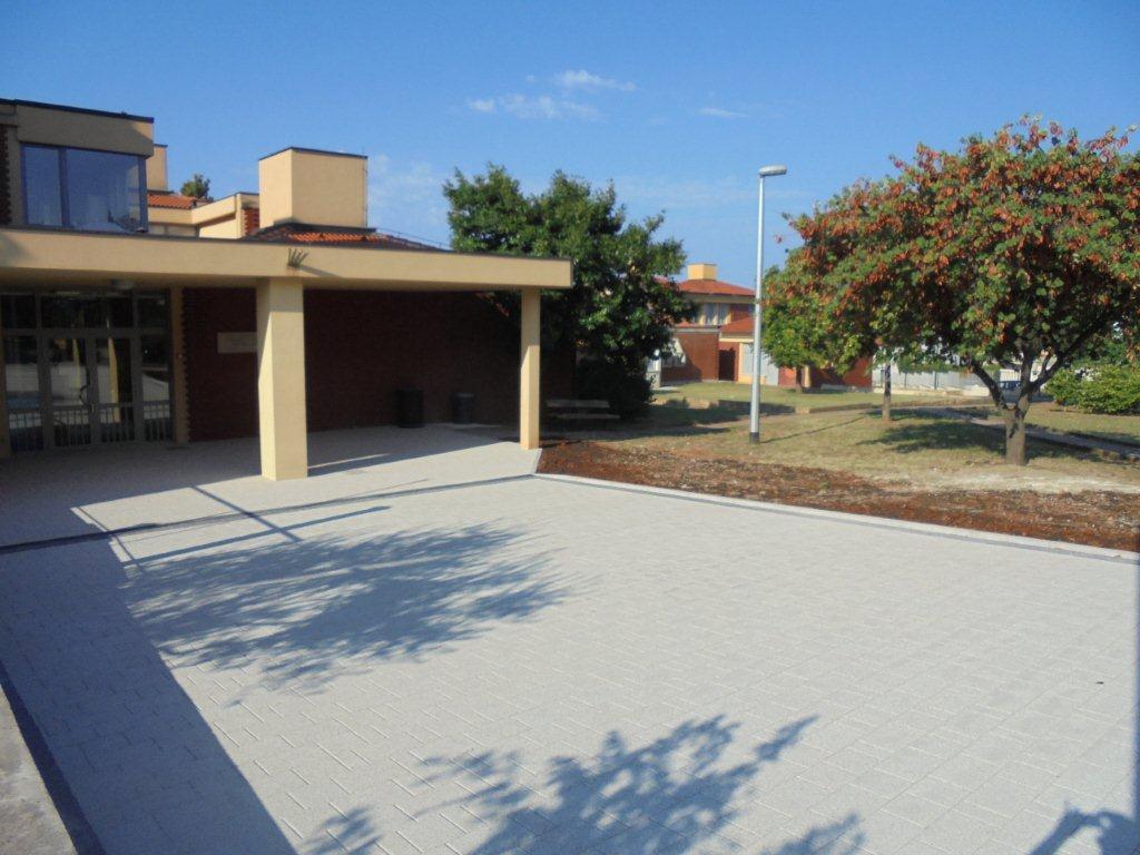 Sistemazione dello spazio attorno alla scuola Bernardo Benussi