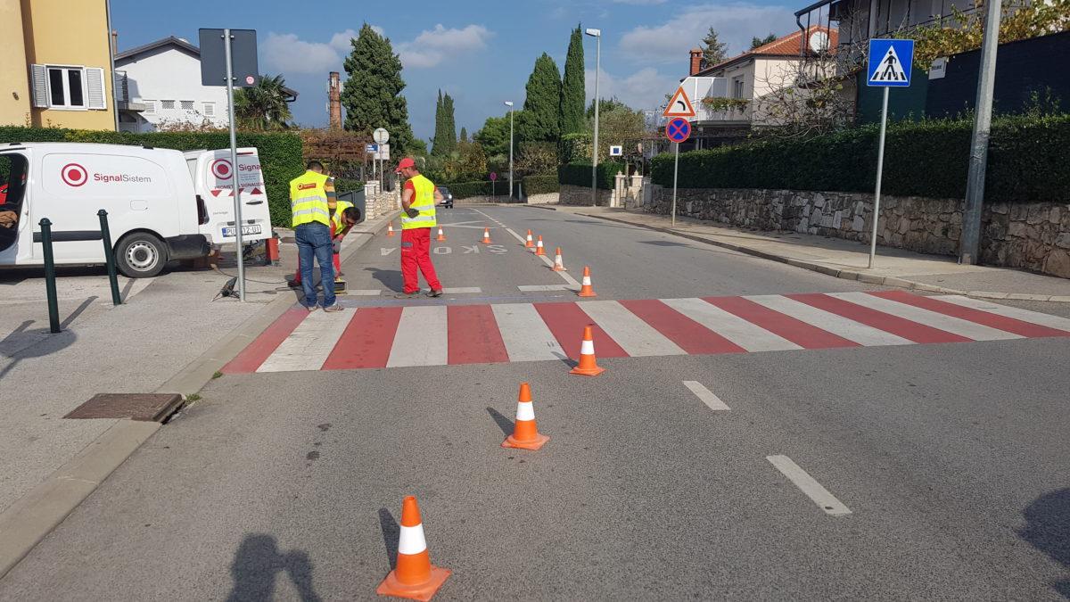 E' iniziata l'installazione dei marcatori stradali LED e  il tracciamento delle strisce pedonali rosse - glavna fotografija