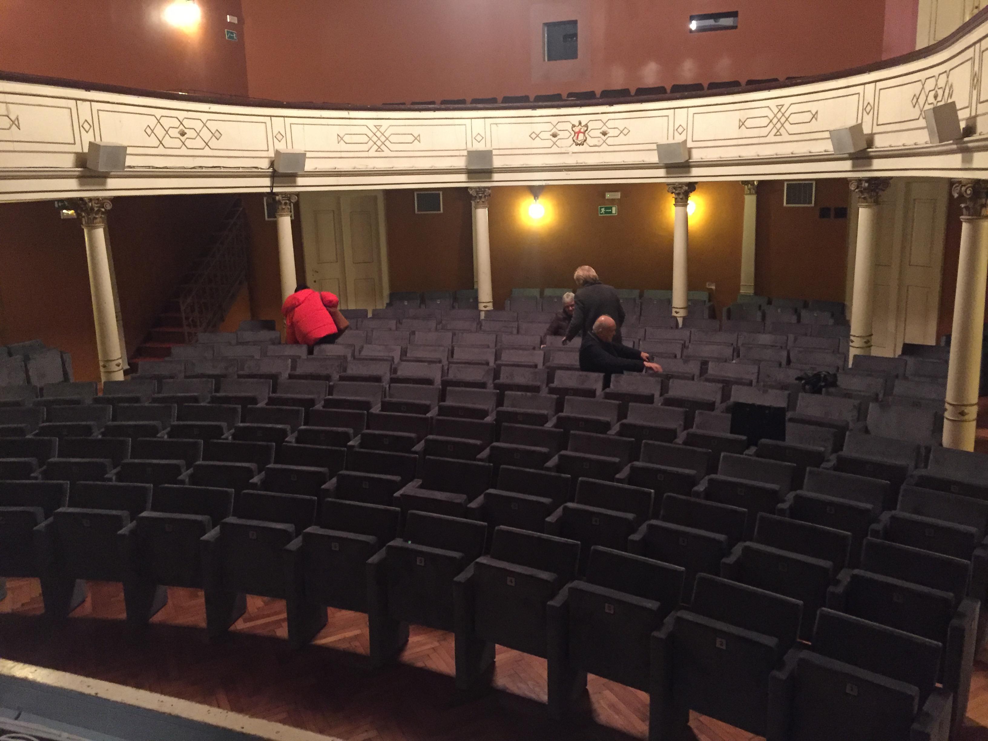 Sono state rinnovate le sedie della platea del teatro A. Gandusio