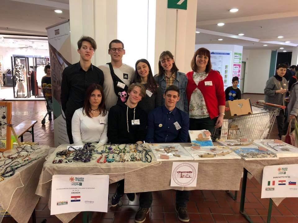 """Gli alunni della Scuola Media Superiore Italiana di Rovigno al """"Mercatino Internazionale della Bontà"""""""
