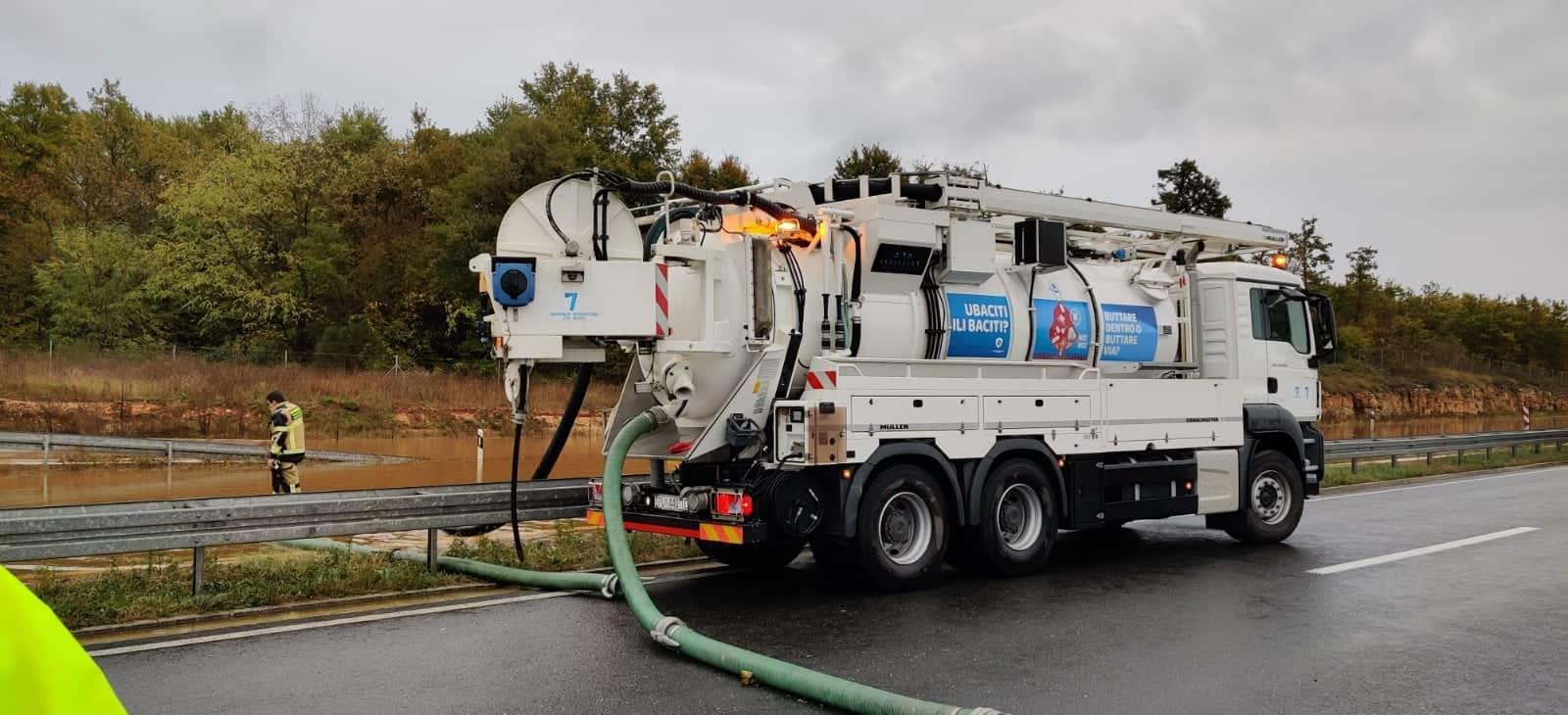 I servizi della «Smaltimento acque» intervenuti sull'Ipsilon istriana
