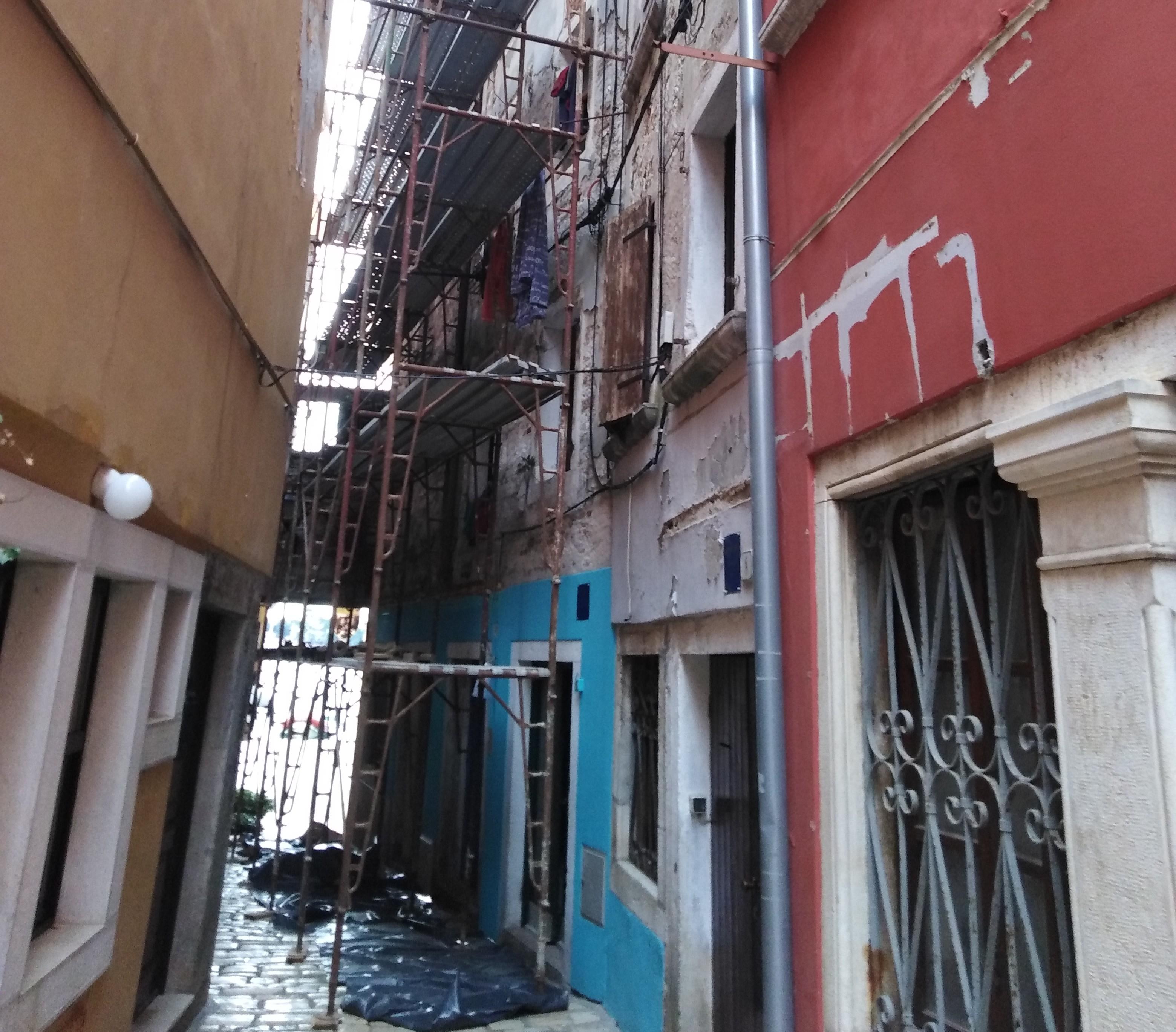 Iniziato il riassetto del tetto e della facciata dell'edificio in via Sotto la porta