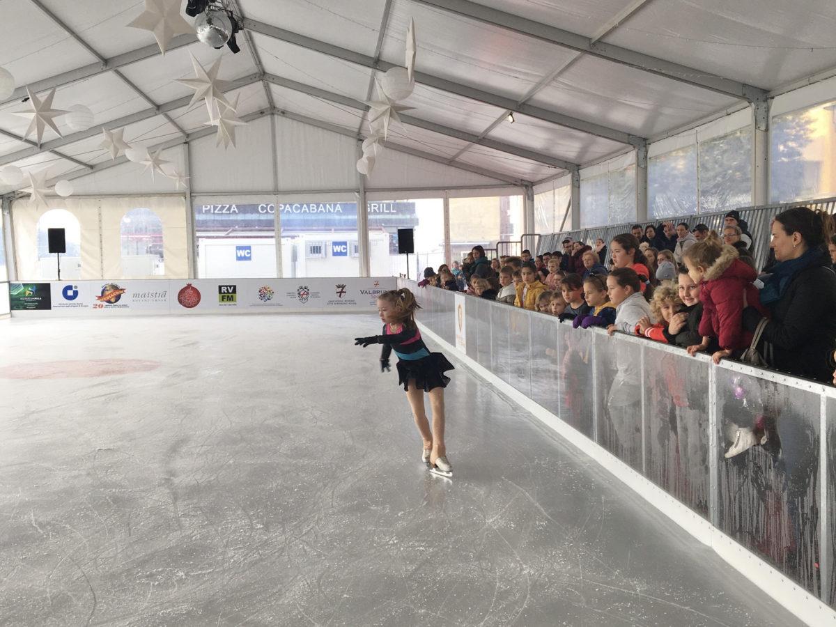 Con l'inaugurazione della pista di pattinaggio è iniziata la Magia del Natale - glavna fotografija