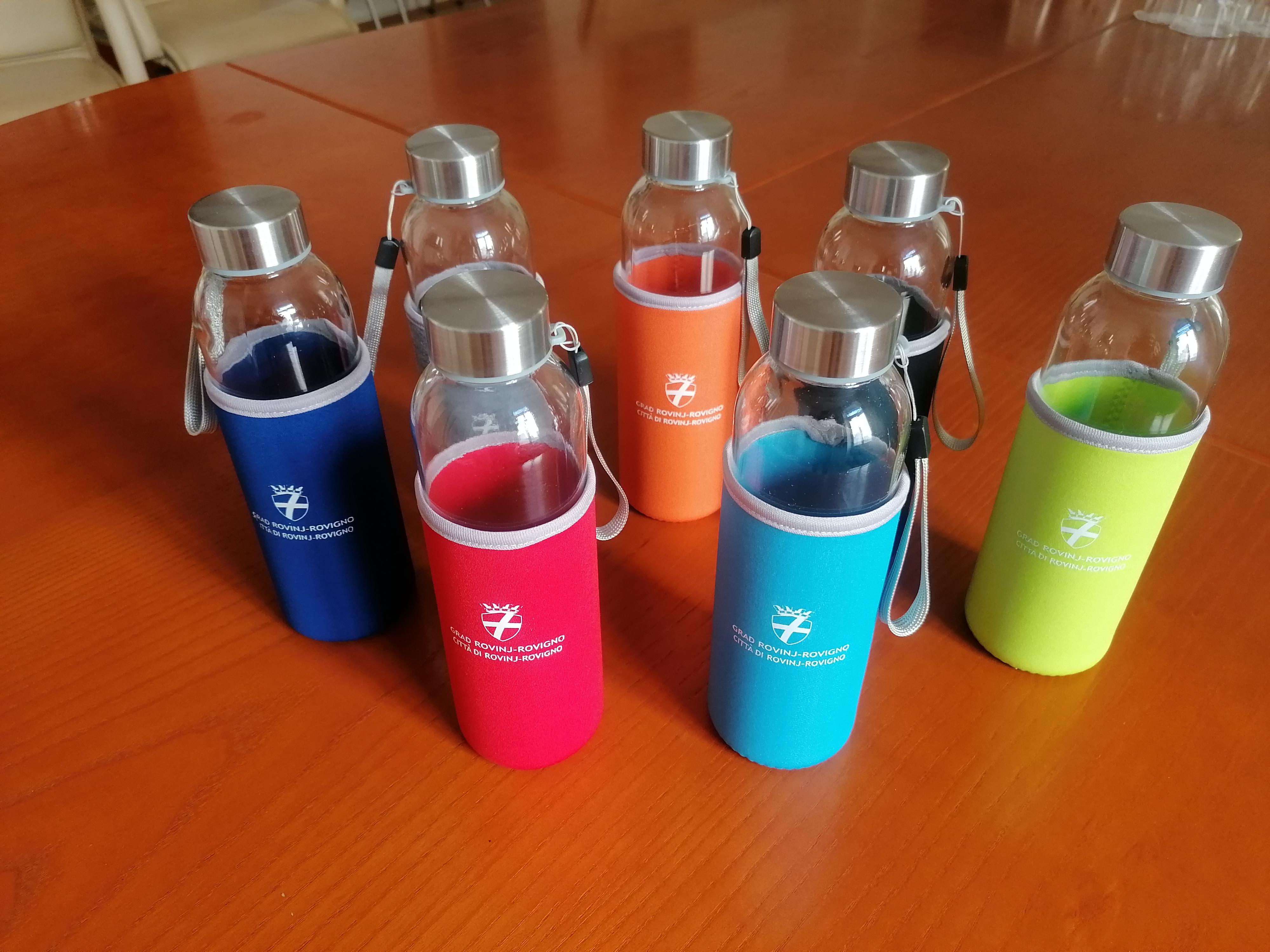 Gradska uprava Rovinja-Rovigno se odrekla vode za piće iz jednokratnih plastičnih boca i prešla na staklo i vodu iz slavine!