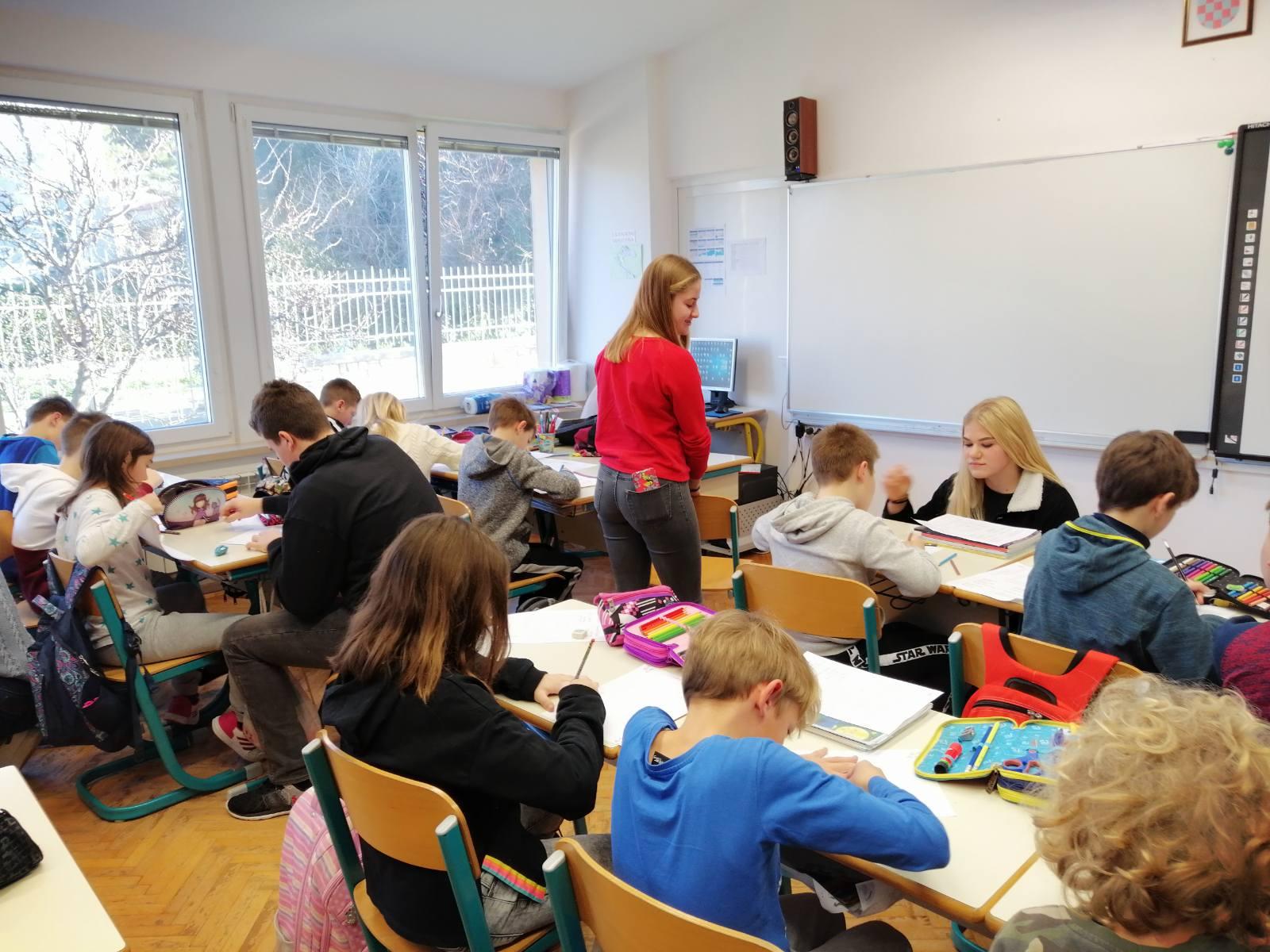 Srednjoškolci Talijanske srednje škole obilježili Svjetski dan čitanja naglas čitajući bajke osnovnoškolcima