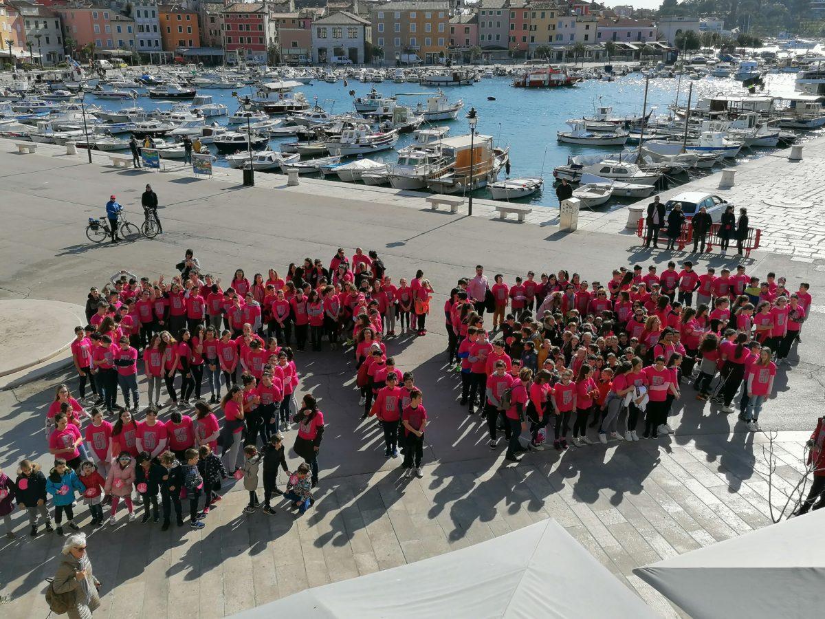 Gradski trg jutros preplavile ružičaste majice - glavna fotografija