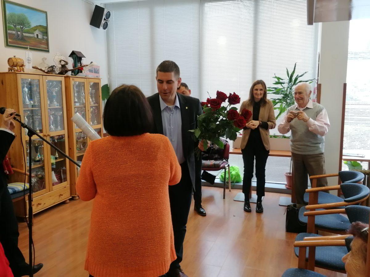 Omaggio floreale dal sindaco per le pensionate rovignesi - glavna fotografija