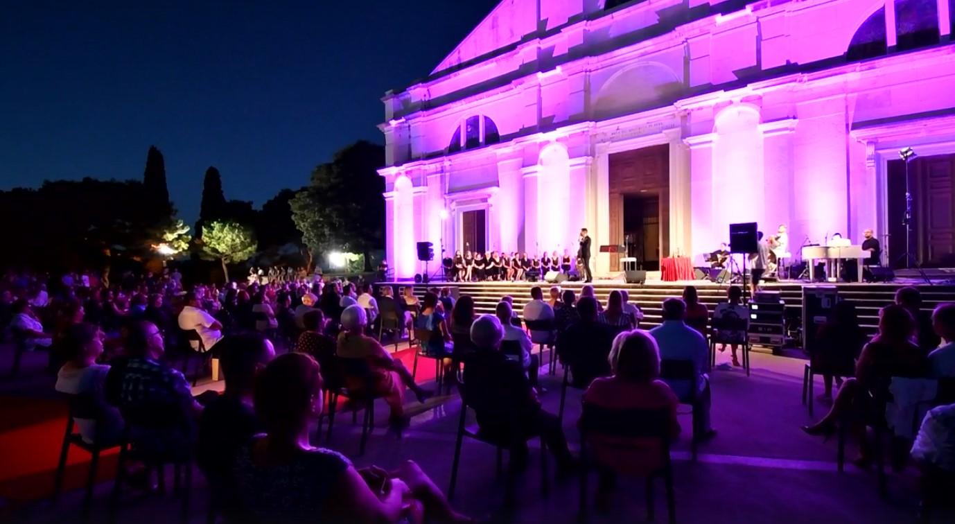 """L'edizione giubilare del concerto """"Ronald Braus e ospiti"""" ieri sera davanti alla chiesa di sant'Eufemia"""