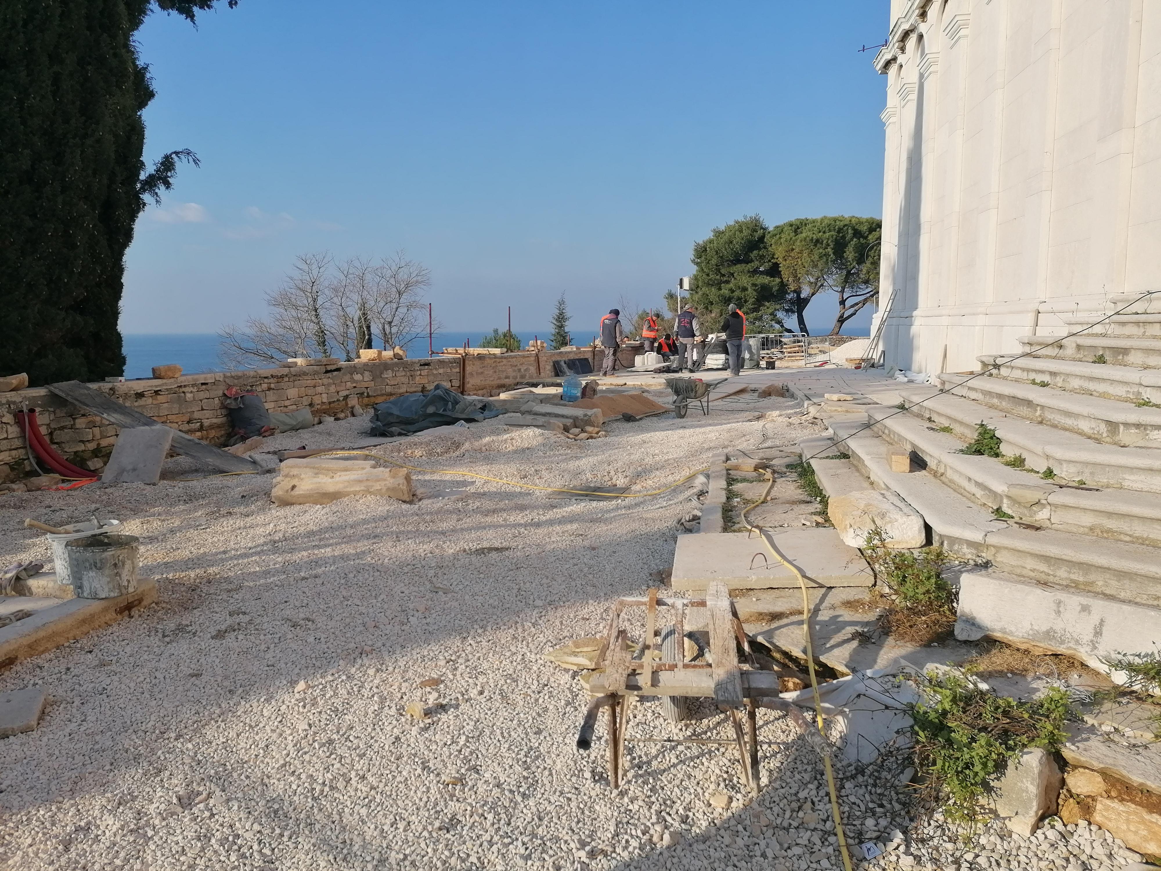 I lavori della seconda fase di riassetto del lastricato di Sant'Eufemia stanno giungendo al termine