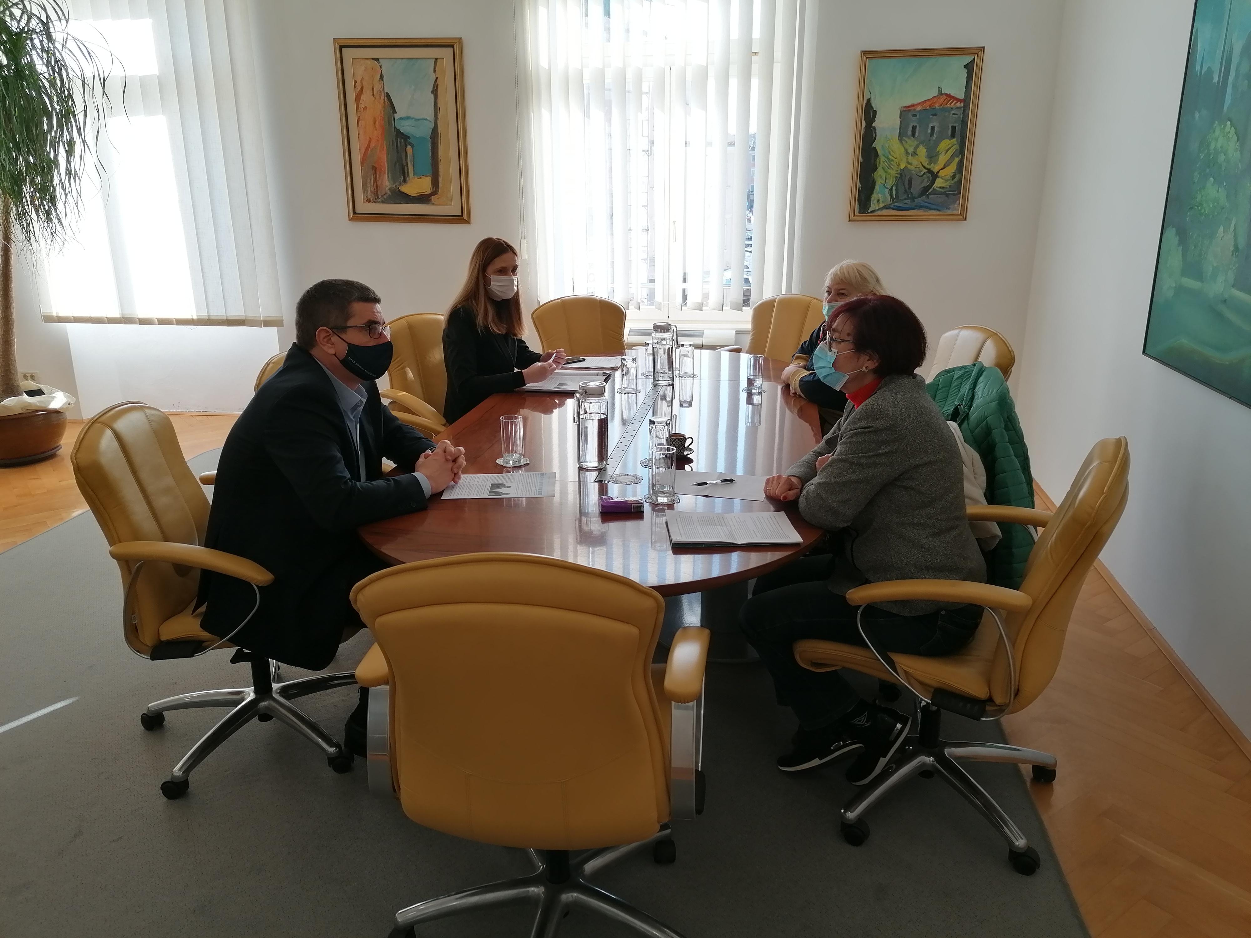 Il sindaco Marko Paliaga ha tenuto l'incontro con le rappresentanti dell'Associazione dei pensionati