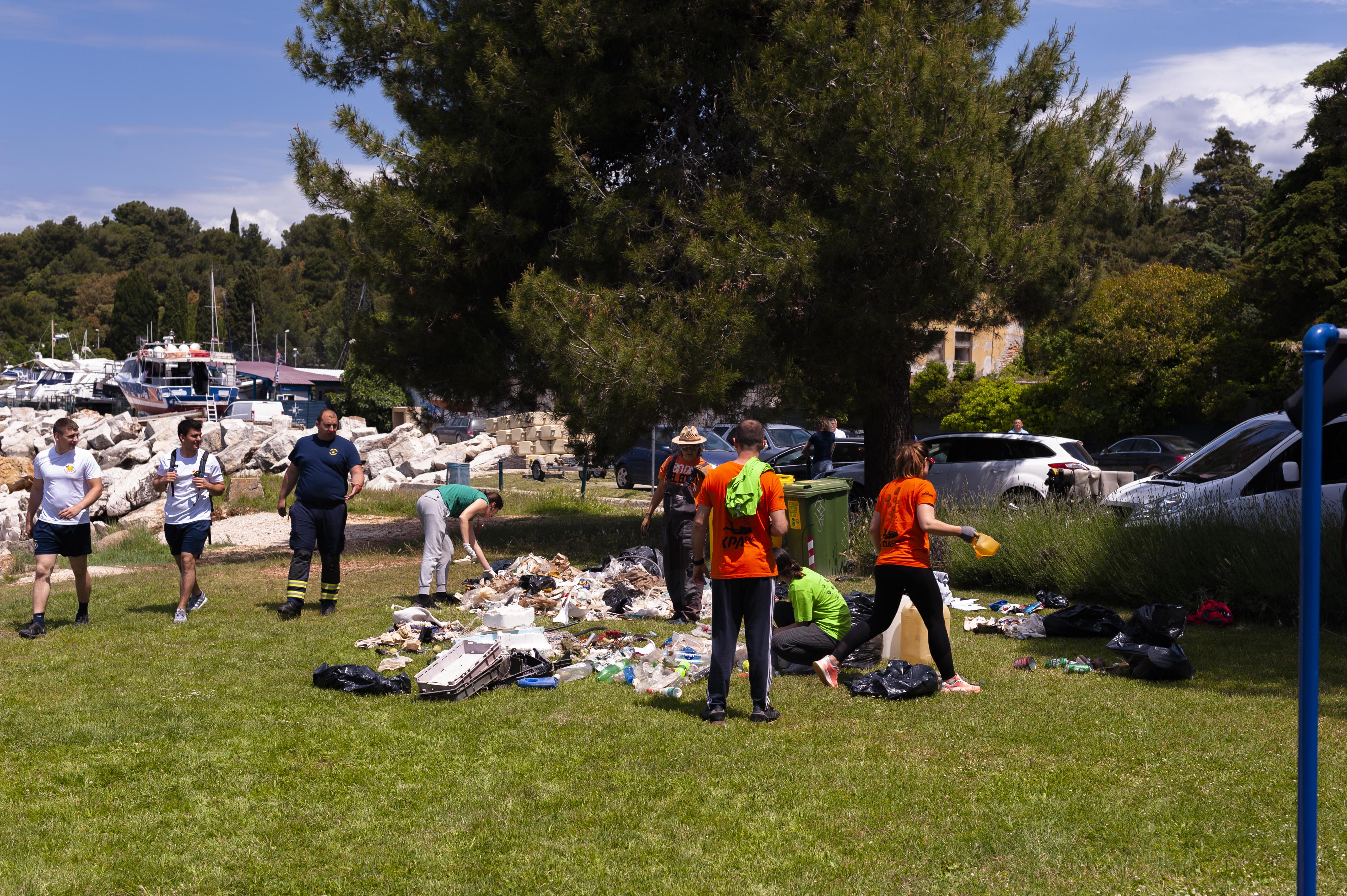 Si è svolta l'azione ecologica di pulizia dei fondali e della spiaggia di Porton Biondi