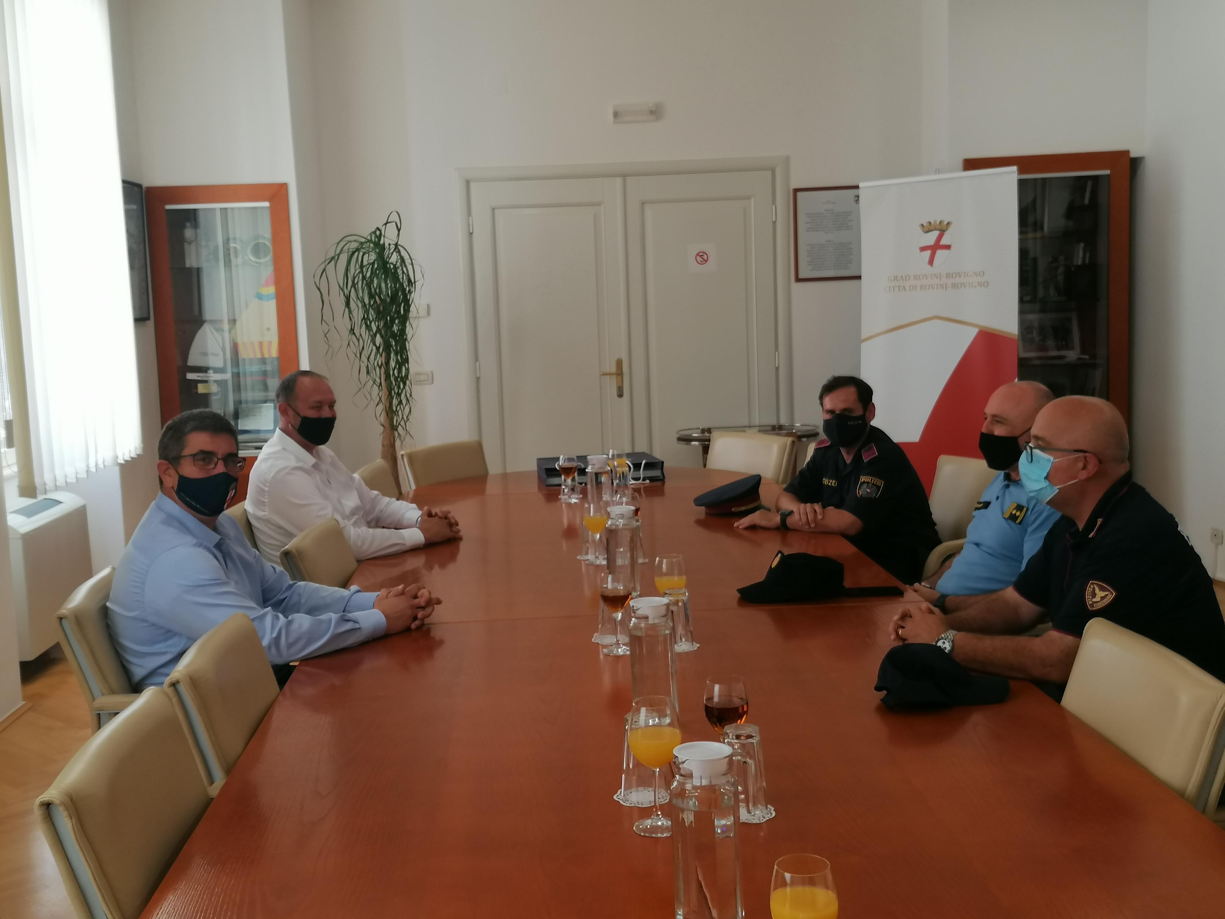 Il sindaco Marko Paliaga ha dato il benvenuto agli agenti di polizia stranieri che lavorano sul territorio di Rovinj-Rovigno